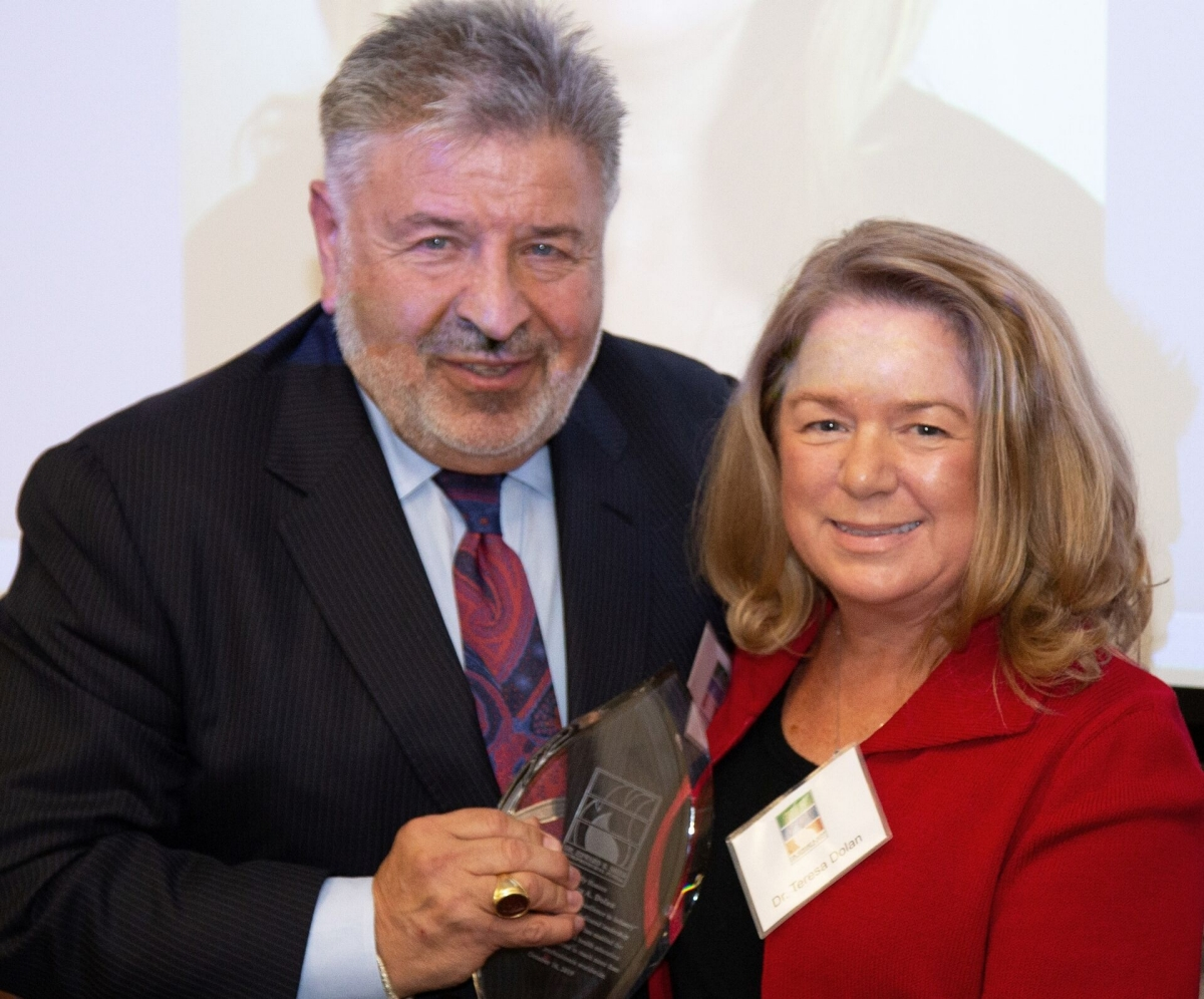 """Dentsply Sirona Chief Clinical Affairs Officer Dr. Teresa Dolan receives the """"Innovator Award for Excellence in Industry"""" from Steve W. Kess, President, Global Professional Relations, Dr. Edward B. Shils Entreprenuerial Fund, Inc."""