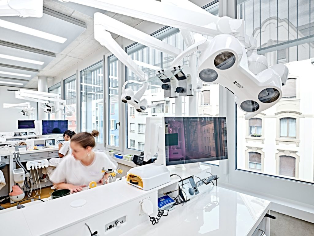 The dentists and dental technicians of tomorrow are trained in the simulation laboratory.